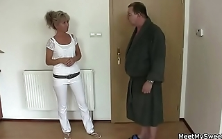 Angry boyfriend finds GF with his parents